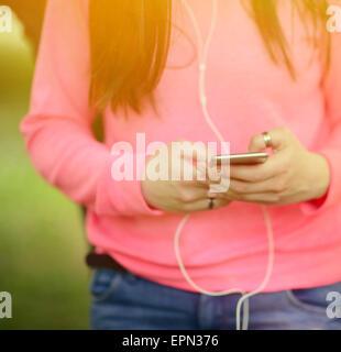 Nahaufnahme von Mädchen im Teenageralter Hände mit Handys im freien - Stockfoto