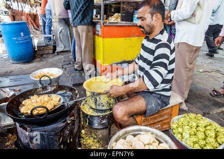 Mumbai Indien Asien Fort Mumbai Kala Ghoda Mahatma Gandhi Road Streetfood Anbieter Koch - Stockfoto