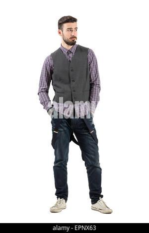 Cool funky junger Mann mit Zigarette wegsehen. Ganzkörper-Länge-Porträt isoliert auf weißem Hintergrund. - Stockfoto
