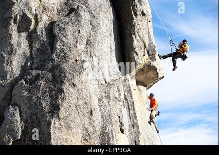 Ein Fotograf fotografiert ein Kletterer in Kalifornien. - Stockfoto