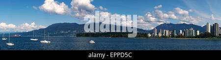 Panorama der English Bay, West End-Skyline, Stanley Park, West Vancouver und North Shore Mountains, Vancouver, BC, - Stockfoto