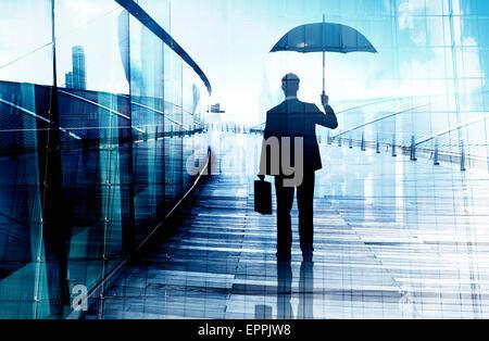 Deprimiert Geschäftsmann Stand halten Sie einen Regenschirm - Stockfoto