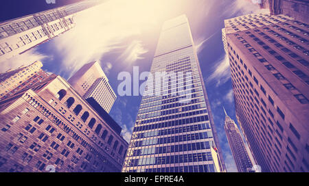 Vintage getönten Bild von Wolkenkratzern in Lower Manhattan, blickte zu Himmel, New York City, USA. - Stockfoto