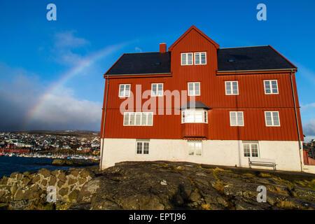 Alten Parlamentsgebäude in Tórshavn, Färöer Inseln, mit einem Regenbogen - Stockfoto