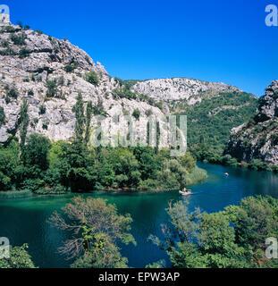 Fluss Cetina in der Nähe von Omis Stadt in Dalmatien, Kroatien - Stockfoto