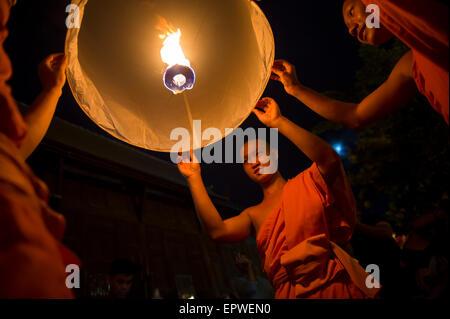 CHIANG MAI, THAILAND - 7. November 2014: Gruppe von buddhistischen Mönchen starten Himmelslaternen beim jährlichen - Stockfoto