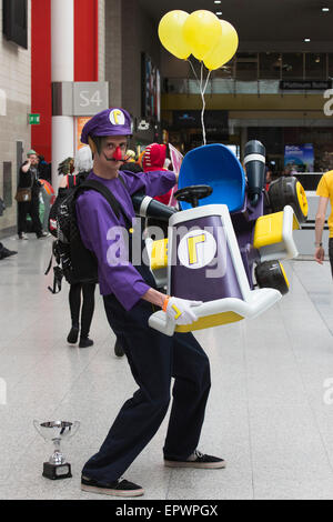 London, UK. 22. Mai 2015. Ein Cosplayer hat Luigi aus Super Mario Bros.-Tausende von Sci-Fi und Fantasy Fans verkleidet - Stockfoto