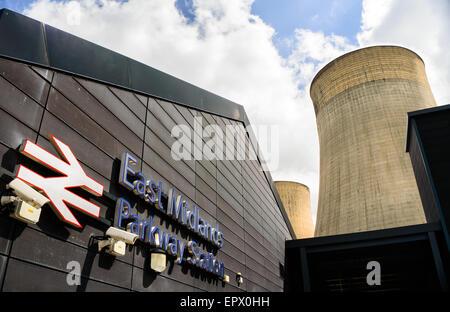 East Midlands Parkway Bahnhof und Kühltürme des nahe gelegenen Kraftwerk in der Nähe von Nottingham. In Ratcliffe - Stockfoto