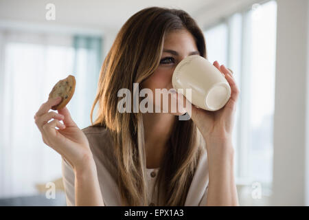 Frau mit Cookie und Kaffee - Stockfoto