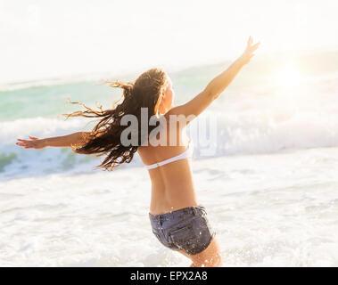 USA, Florida, Jupiter, Frau, die Spaß am Strand - Stockfoto