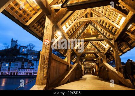 Schweiz, Luzern, Blick auf beleuchtete Spreuer Brücke - Stockfoto