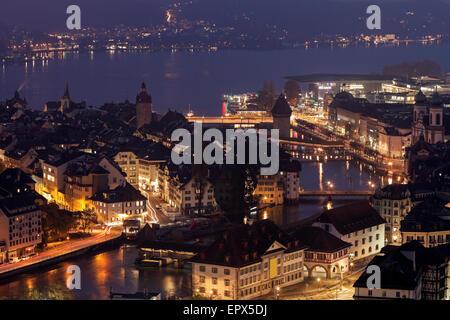Schweiz, Luzern, beleuchtete See Stadtbild - Stockfoto