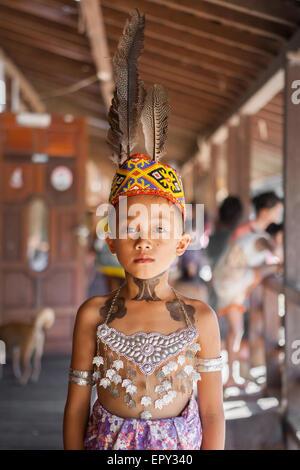 Porträt der Dayak Iban junge am Sungai Utik kommunalen Langhaus in West-Kalimantan, große ARGUS gemacht Kopf Accessoires - Stockfoto