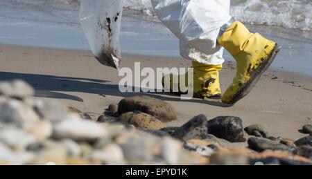 Los Angeles, USA. 22. Mai 2015. Eine Bereinigung Arbeitskraft geht an einem Öl bedeckten Strand in Santa Barbara - Stockfoto