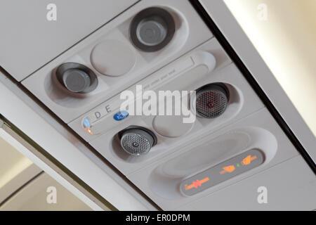 Kein Rauchen Zeichen und Sicherheitsgurt anmelden Passagierflugzeug Interieur. - Stockfoto