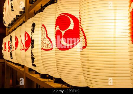 Nahaufnahme von Reihen von beleuchteten japanischen Shinto-Papierlaternen, Chochin, auf Rahmenarbeit am Nishinomiya - Stockfoto