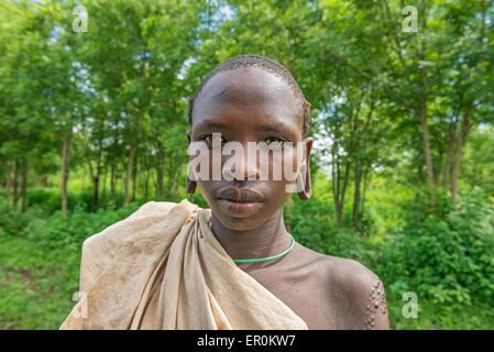 Weißer mann aus afrikanischen mädchen