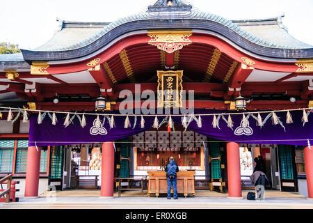 Japan, Nishinomiya-Schrein. Nahaufnahme der Haupthalle, Haiden, dekoriert für Silvester, Shimenawa hängend, ein - Stockfoto
