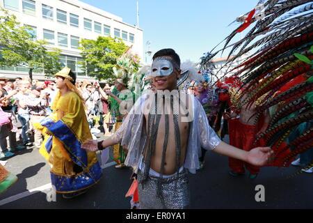 Berlin, Deutschland. 24. Mai 2015. Künstler mit Kostümen auf dem Karneval der Kulturen am Hermannplatz in Berlin. - Stockfoto