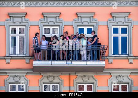 Kreuzberg, Berlin, Deutschland, 24. Mai 2015. Die Menschen sehen den Karneval der Kulturen auf ihrem Balkon am Hermannplatz. - Stockfoto