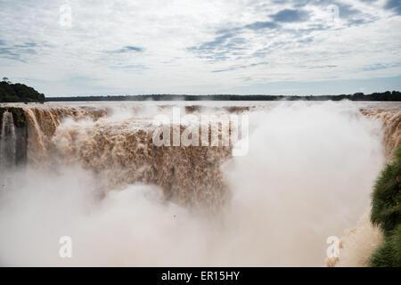 Die Iguazu-Wasserfälle in Argentinien, Brasilien, Paraguay Grenze. Diese Aufnahmen sind nach einer der größten Stürme - Stockfoto