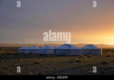 Eine Jurte-Turist-Camp in der Wüste Gobi in der Nähe der Khongoryn Sanddünen, Omnogovi Provinz, südlichen Mongolei. - Stockfoto