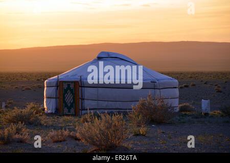 Eine Jurte in der Gobi-Wüste in der Nähe der Khongoryn Sanddünen, Omnogovi Provinz, südlichen Mongolei. - Stockfoto