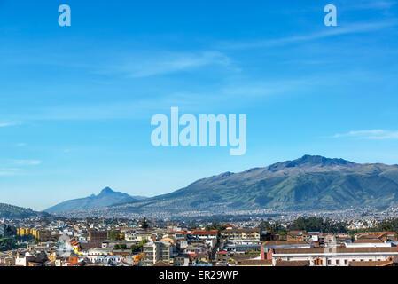 Ansicht von Quito, Ecuador mit großen grünen Hügeln im Hintergrund - Stockfoto