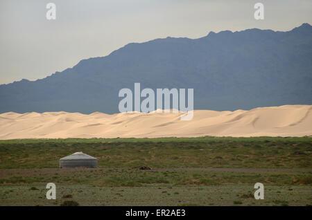 Eine Jurte in der Gobi-Wüste vor Sanddünen und Gebirge, Omnogovi Provinz, Mongolei - Stockfoto
