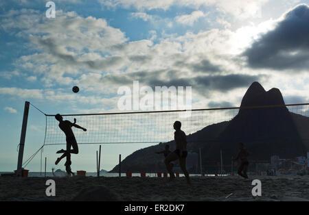 Rio De Janeiro. Silhouette Blick auf Beachball zu zweit am Strand von Ipanema gegen die zwei Gipfel namens Dois - Stockfoto