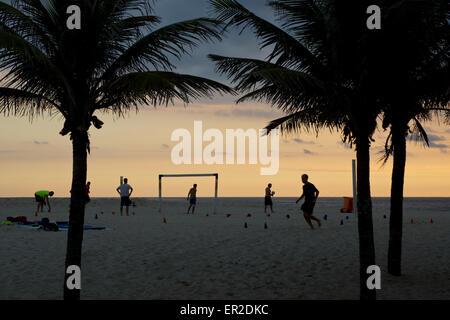 Fußballspieler am Strand von Ipanema, Rio - Stockfoto
