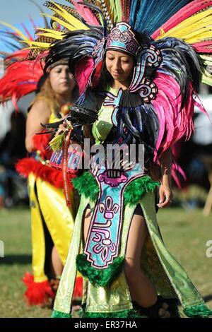 Gekleidet in zeremonielle Tracht Indianer nimmt an traditionellen Tänzen Teil während der jährlichen Erbe Tag Pow - Stockfoto