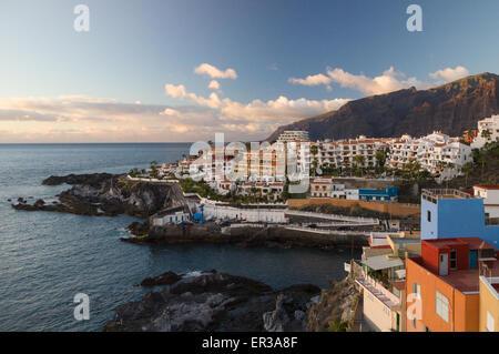 Sonnenuntergang über Los Gigantes Klippen und Ferienorten Puerto Santiago, Teneriffa - Stockfoto