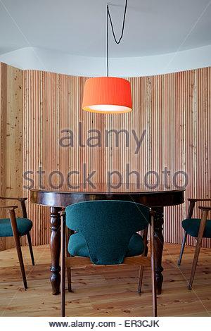 antiker esstisch mit st hlen in offene k che esszimmer mit kalkstein bodenbelag stockfoto bild. Black Bedroom Furniture Sets. Home Design Ideas