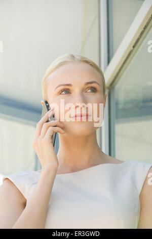 Frau mit Handy, Porträt - Stockfoto