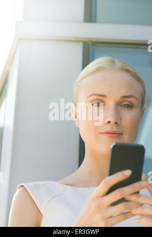 Frau Smartphone betrachten - Stockfoto