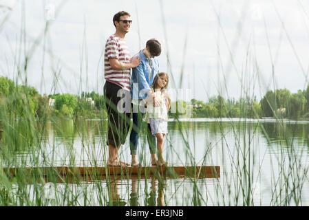 Familie stehen auf Dock, Porträt - Stockfoto