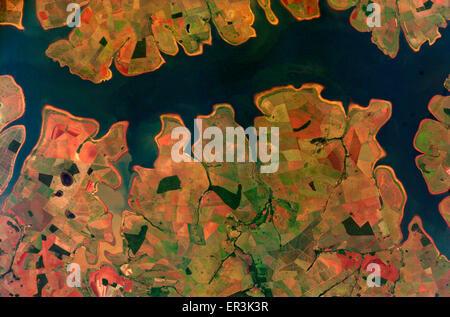Blick von der internationalen Raumstation ISS von Mustern durch Landwirtschaft entlang der Sao Simao Reservoir in - Stockfoto