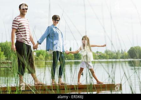 Familienholding Hände auf dock, portrait - Stockfoto