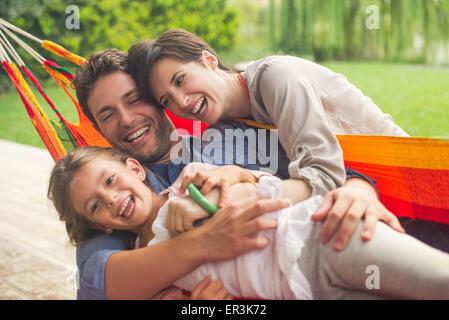 Familie spielen auf Hängematte - Stockfoto