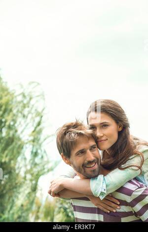 Junges Paar genießen unbeschwert am Nachmittag zusammen im freien - Stockfoto