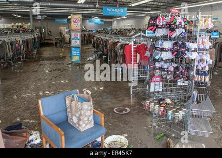 Austin, Texas, USA. 26. Mai 2015. Ein Goodwill-Geschäft in Austin, Texas sitzt in einem heillosen Durcheinander - Stockfoto