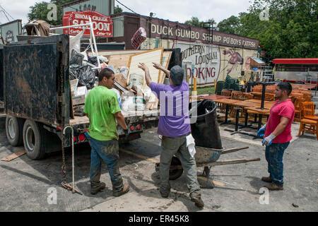 Austin, Texas, USA. 26. Mai 2015. Besatzungen beginnen den Prozess der Reinigung der Flut beschädigte Unternehmen - Stockfoto