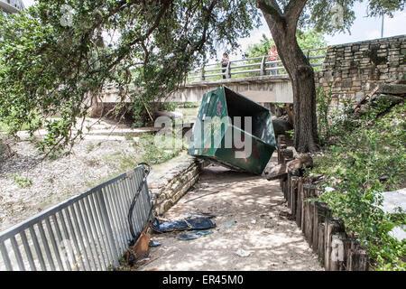 Austin, Texas, USA. 26. Mai 2015. Eine kommerzielle Müllcontainer liegt auf eine Joggingstrecke neben Shoal Creek, - Stockfoto