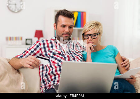 Junges Paar online-shopping - Stockfoto