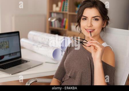 Porträt von schönen weiblichen Architekten anstelle von Arbeit. Debica, Polen - Stockfoto
