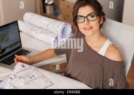 Junge Architekten im home-Office arbeiten. Debica, Polen - Stockfoto