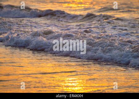 Wellen bei Sonnenaufgang - Stockfoto