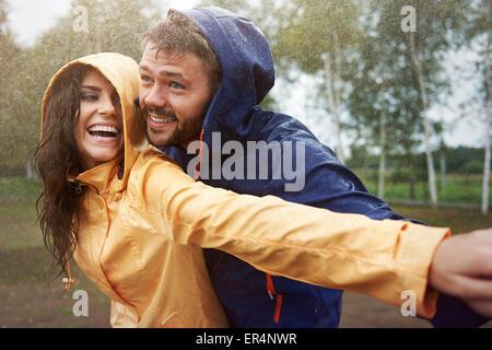 Romantische Liebe im strömenden Regen. Debica, Polen - Stockfoto