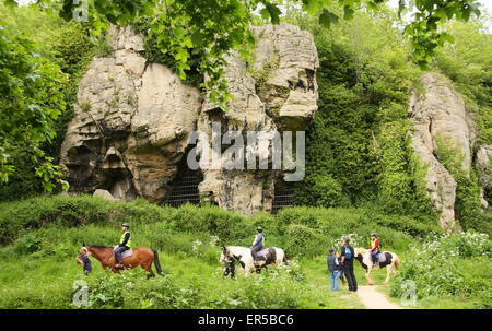 Reiter pass durch die Höhlen am Creswell Crags, eine Kalkstein-Schlucht an der Grenze von Derbyshire und Nottinghamshire, - Stockfoto